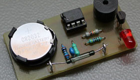 prostejshaya-signalizaciya-svoimi-rukami-na-mikrokontrollere-pic12f629-min